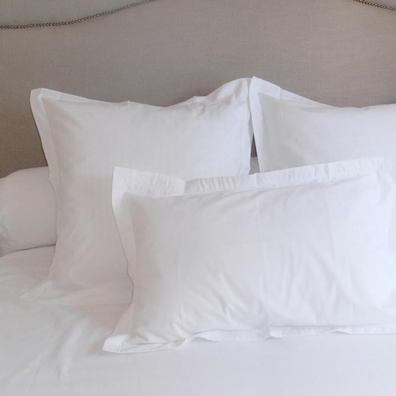 taie d 39 oreiller avec volant satin de coton. Black Bedroom Furniture Sets. Home Design Ideas